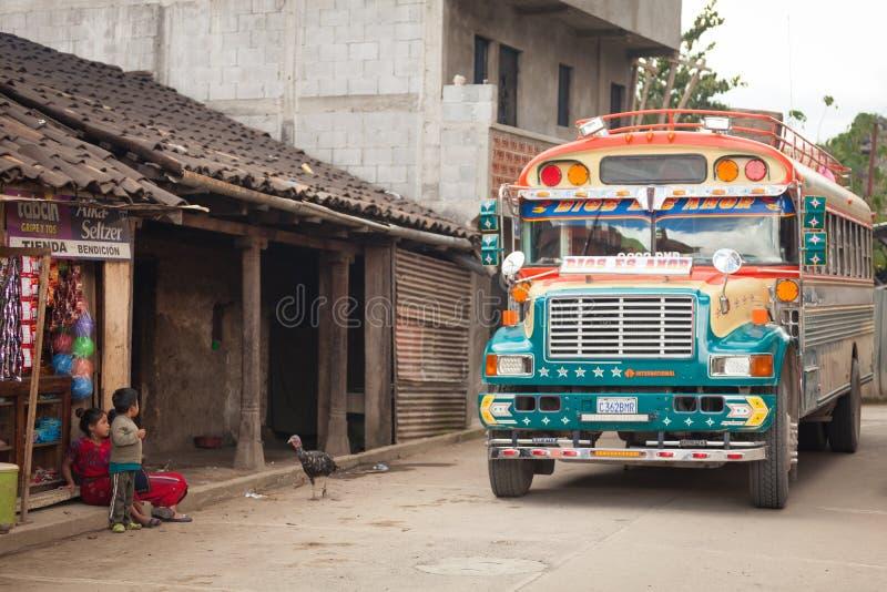 Färgrik feg buss på gatan i guatemalansk by royaltyfria bilder