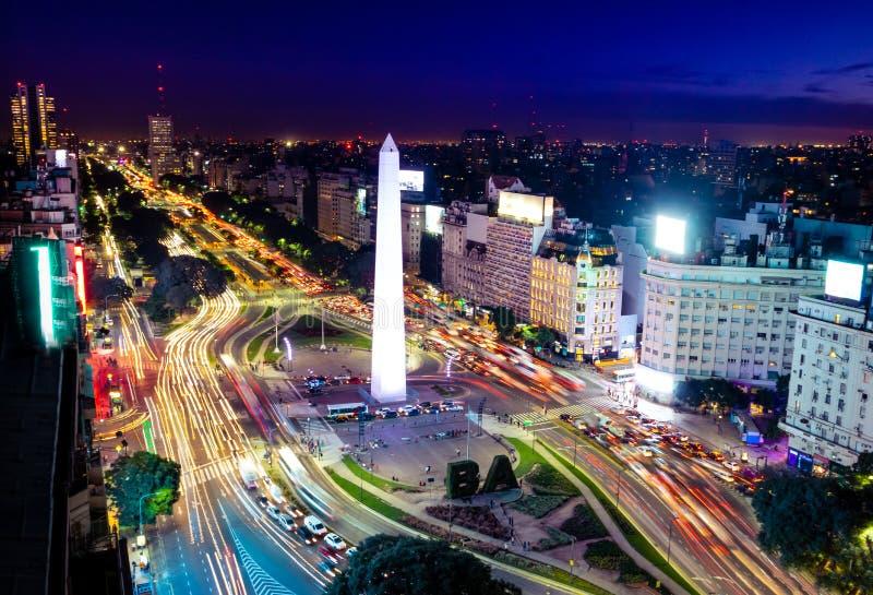 Färgrik flyg- sikt av den Buenos Aires och 9 de julio avenyn på natten - Buenos Aires, Argentina arkivfoto