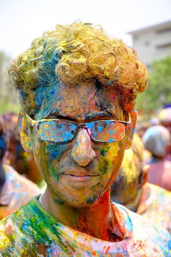 Färgrik framsida under den Holi festivalen arkivbilder