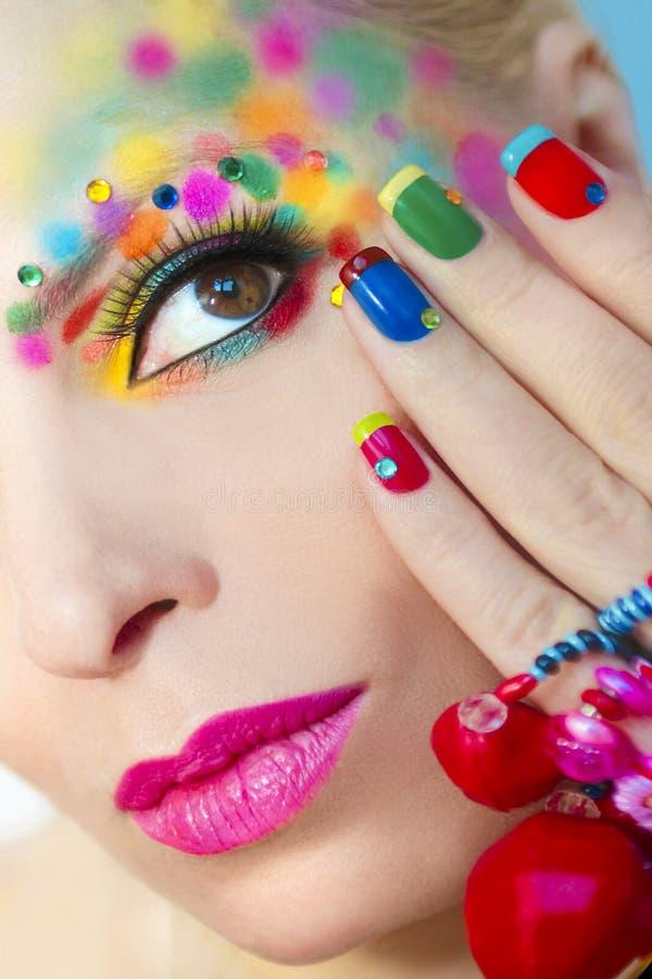 Färgrik fransk manikyr och makeup arkivbilder