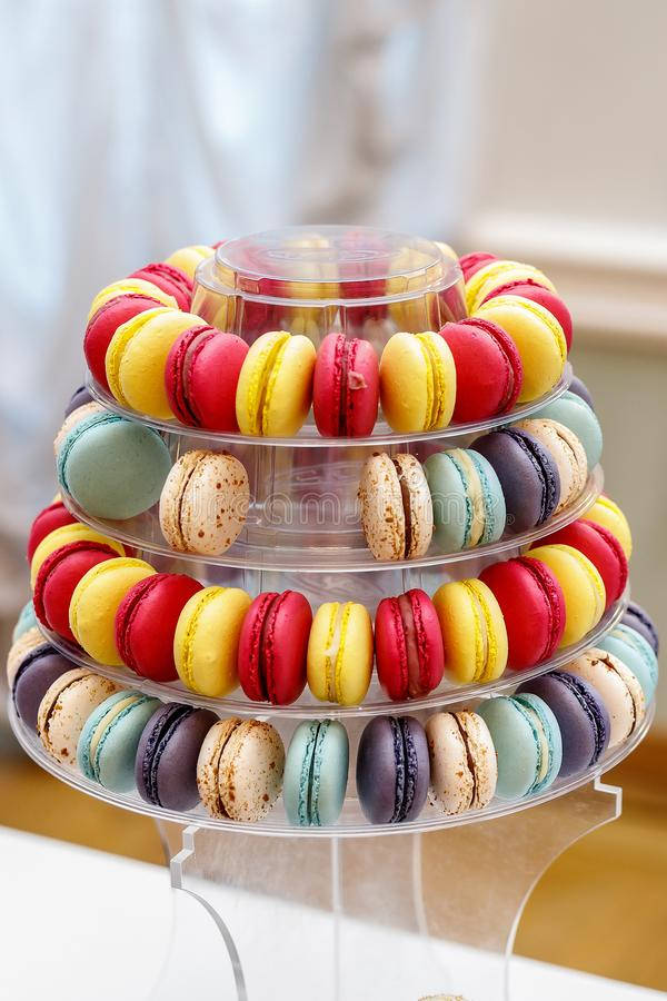 Färgrik franska Macarons som bildas som en pyramid royaltyfri bild