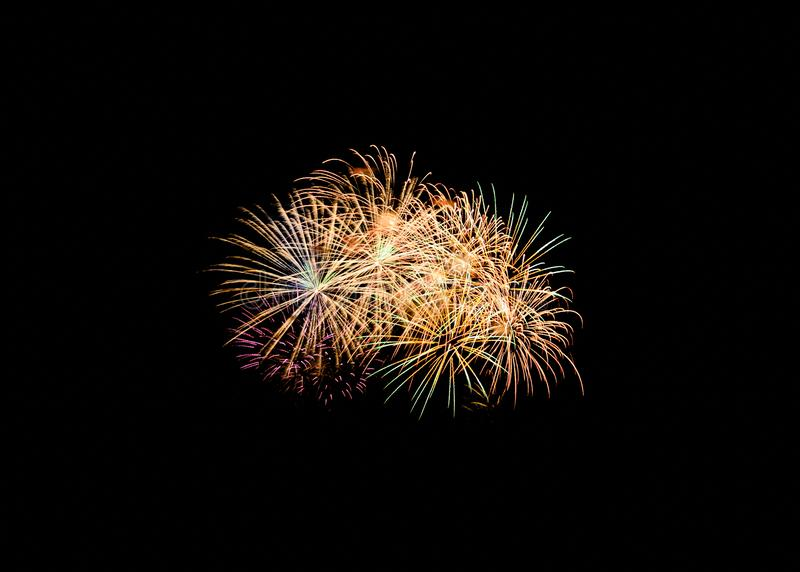 Färgrik fyrverkeriexplosion i festlig beröm royaltyfri fotografi