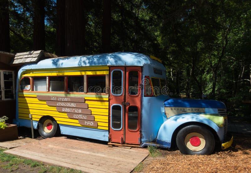 Färgrik gammal buss för espresso och glass arkivfoton