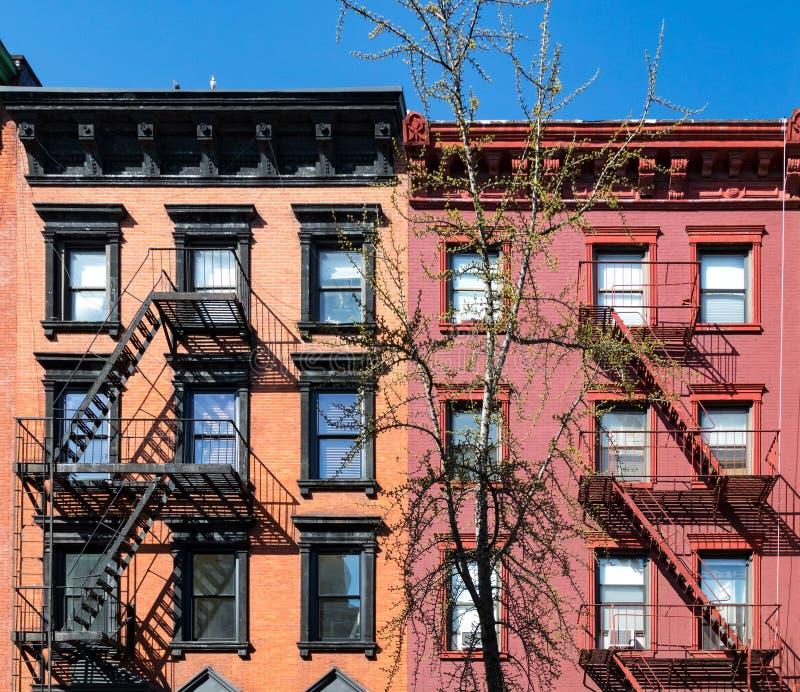 Färgrik gammal hyreshus i East Village av New York City royaltyfri fotografi
