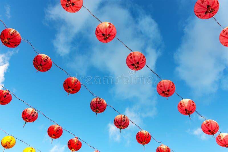 F?rgrik garnering f?r pappers- lyktor under kinesiskt nytt ?r p? Puu Jih Shih Temple fotografering för bildbyråer