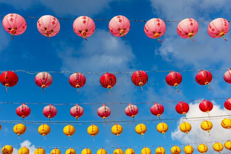 Färgrik garnering för pappers- lyktor under kinesiskt nytt år royaltyfri fotografi