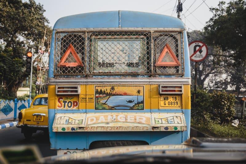 Färgrik garnering i baksidan av den offentliga bussen i Kolkata, Indien royaltyfria bilder