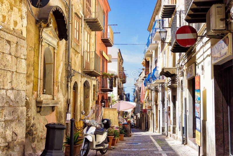 Färgrik gata i Cefalu i Sicilien, Italien fotografering för bildbyråer