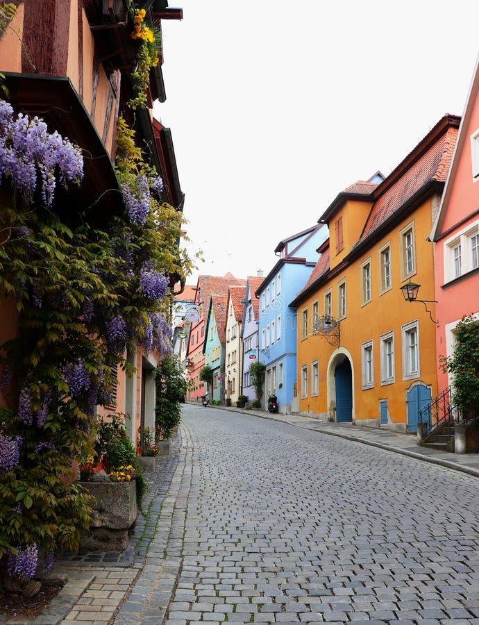 Färgrik gata i Rothenburg obder Tauber, Tyskland arkivfoton