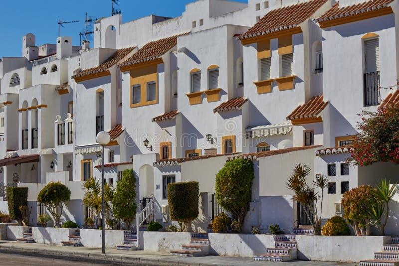 Färgrik gata med vita hus royaltyfri bild