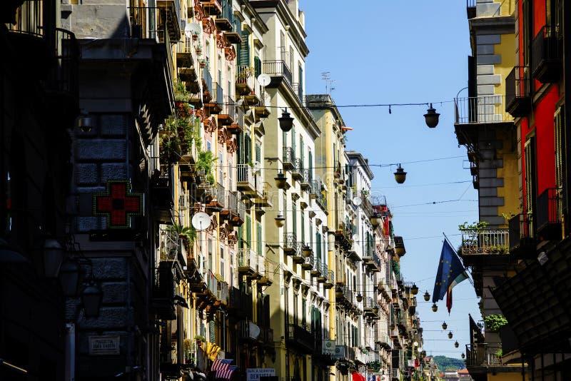 Färgrik gata och byggnader på Naples, Italien arkivbild