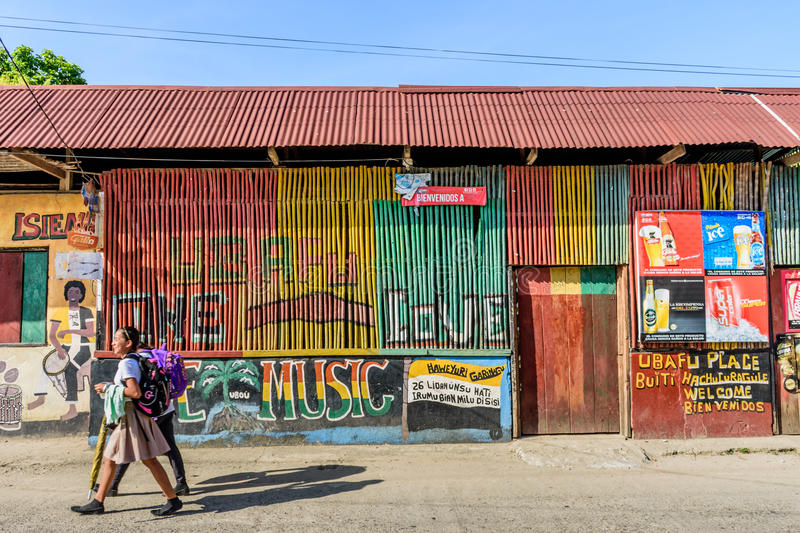 Färgrik gataplats, Livingston, Guatemala royaltyfri fotografi