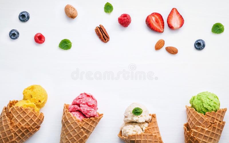 Färgrik glass med kottar och det olika frukthallonet, blått royaltyfri bild