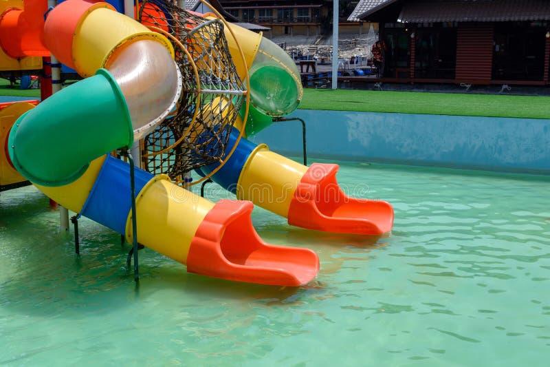 F?rgrik glidarebarndom av munterhetwaterpark arkivfoton