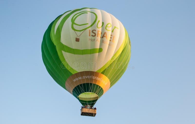 Färgrik grön ballong för varm luft på bakgrund för blå himmel arkivbild