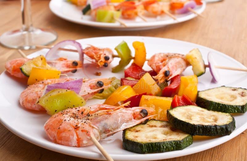 Färgrik grönsak och räka grillade kebaber fotografering för bildbyråer