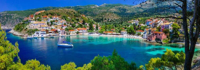 Färgrik Grekland serie - färgrika Assos med den härliga fjärden Kef royaltyfria foton