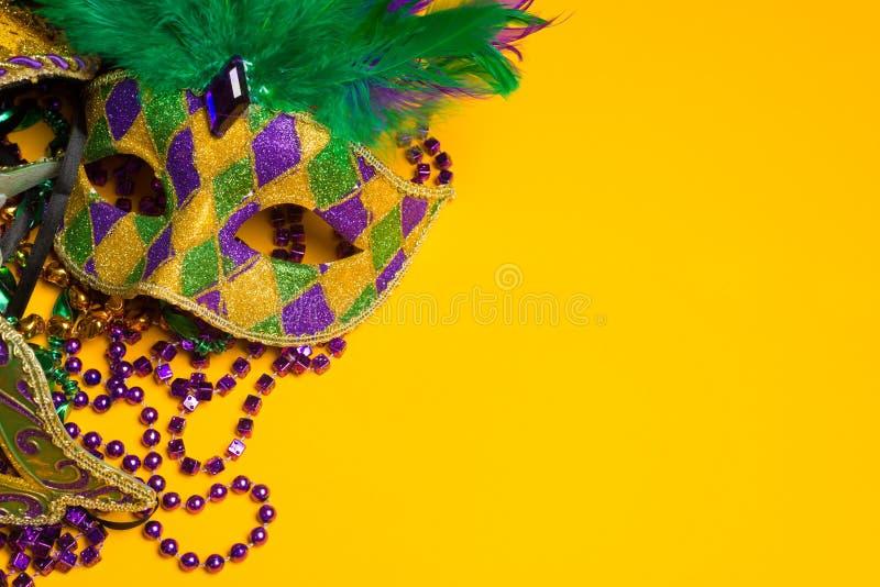 Färgrik grupp av Mardi Gras eller den venetian maskeringen eller dräkter på ett y