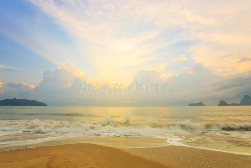 Färgrik gryning över havet royaltyfri foto