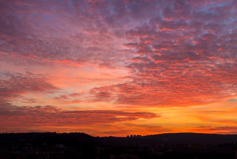 Färgrik gryning med imponerande föreställningmoln och linjen av horisonten royaltyfri foto