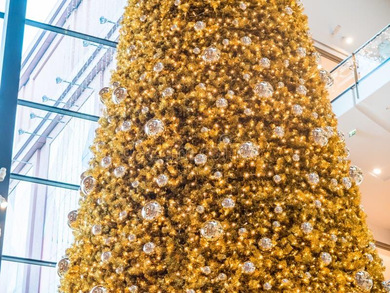 Färgrik guld- julgran i en galleria royaltyfri fotografi