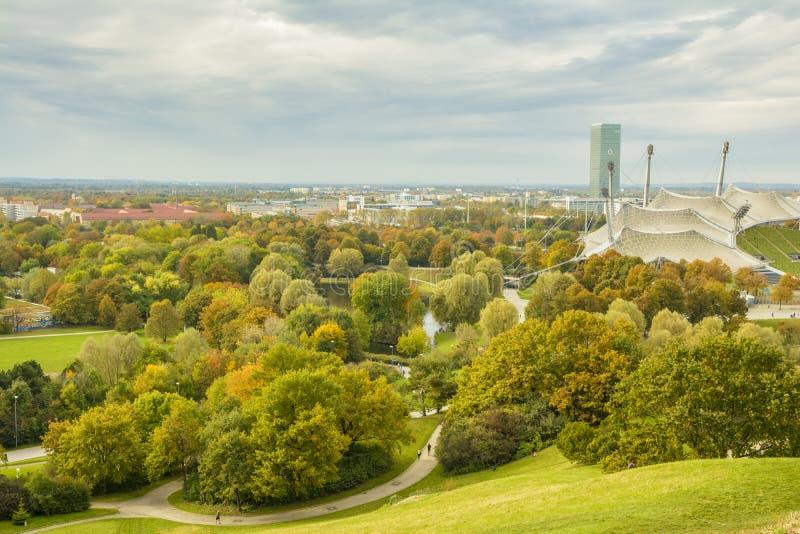Färgrik höst över Olympiapark i Munich, Bayern, Tyskland arkivfoto