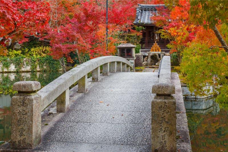 Färgrik höst på den Eikando Zenrinji templet i Kyoto arkivbilder