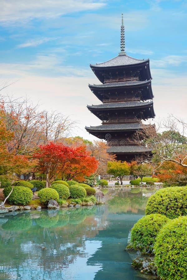 Färgrik höst på den Toji templet i Kyoto arkivfoto