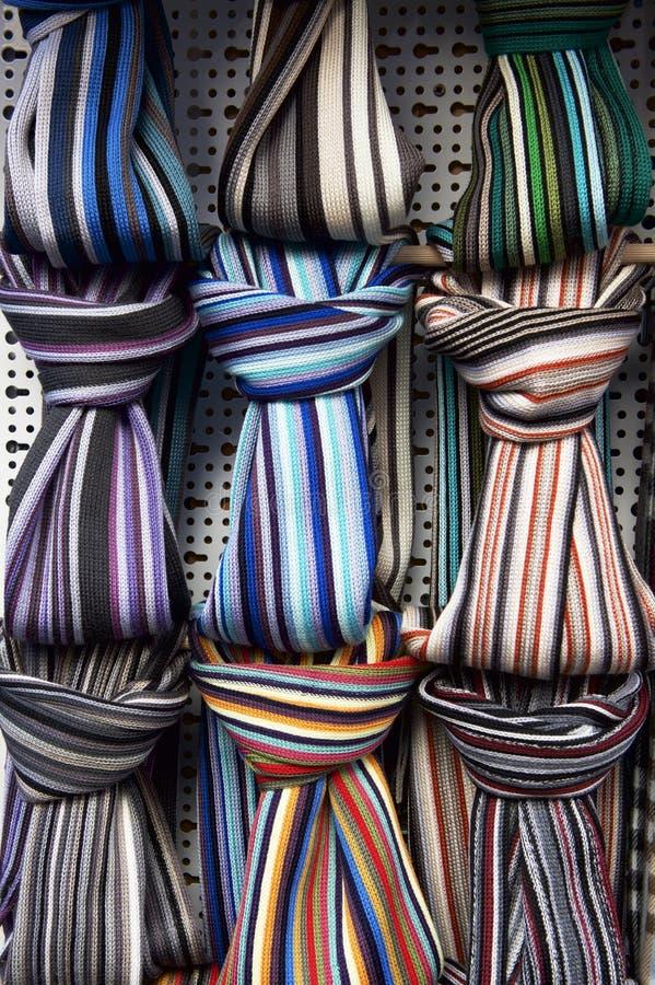 Färgrik halsdukbakgrund i gatamarknad Tillbehör, halsdukar, olikt, texturer och färger _ royaltyfri foto