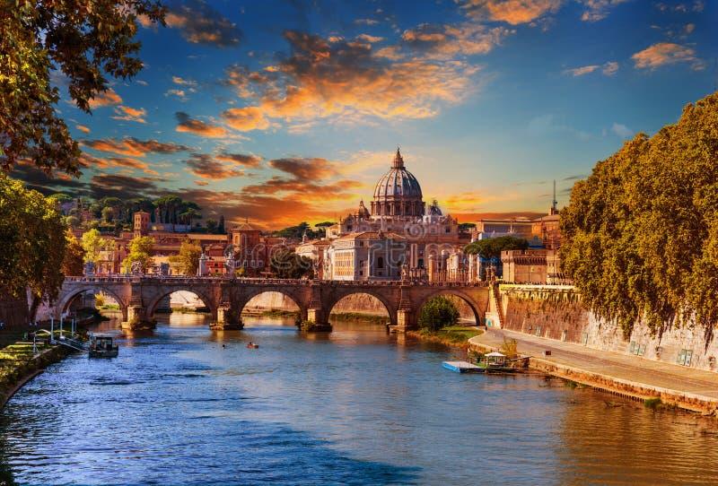 Färgrik himmel över den St Peter kupolen och Tiber flod i Rome på solnedgången royaltyfri fotografi