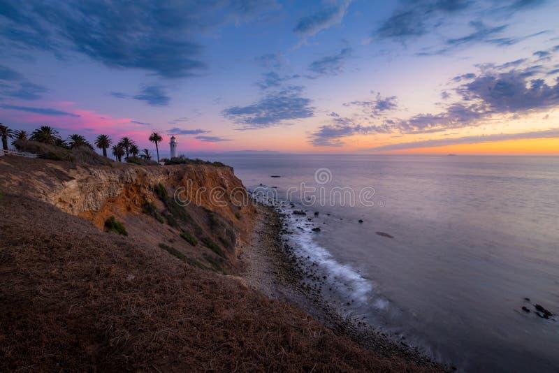 Färgrik himmel efter solnedgång på punkt Vicente Lighthouse royaltyfria bilder