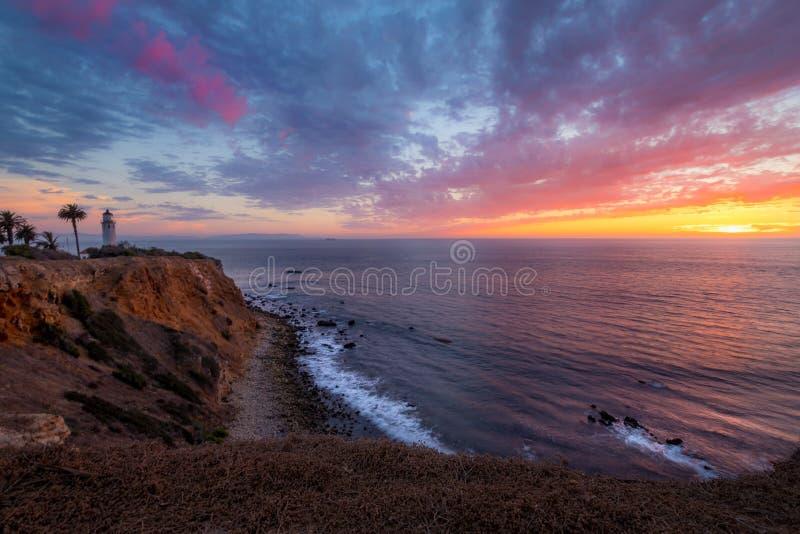 Färgrik himmel efter solnedgång på punkt Vicente Lighthouse arkivbild