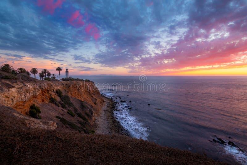 Färgrik himmel efter solnedgång på punkt Vicente Lighthouse royaltyfri foto