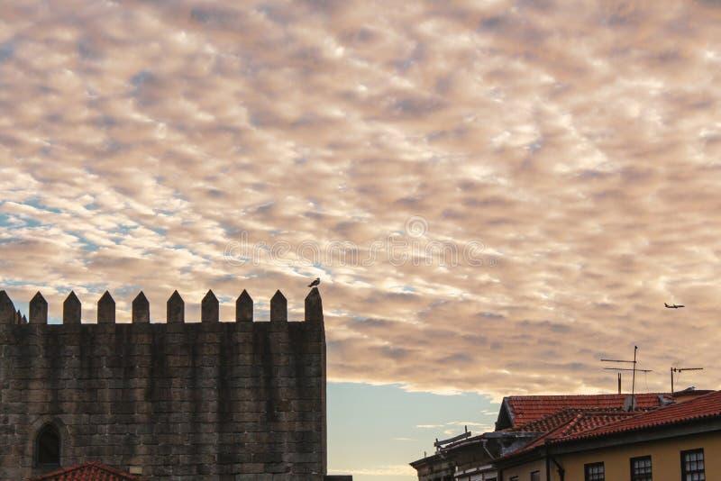 Färgrik himmel och byggnad av Porto royaltyfria foton