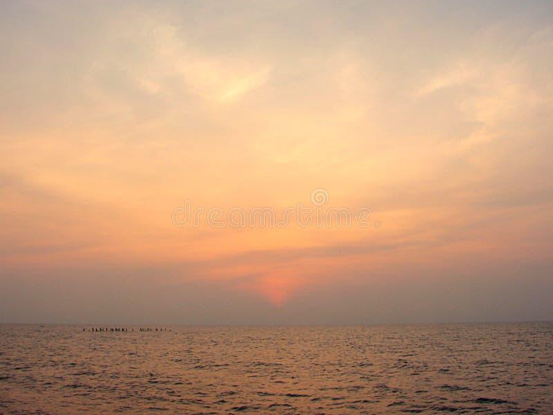 Färgrik himmel på gryning på promenadstranden, Puducherry, Indien royaltyfria foton