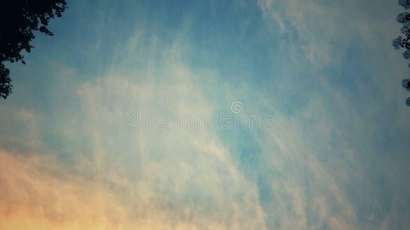 Färgrik himmel på morgontid royaltyfri fotografi