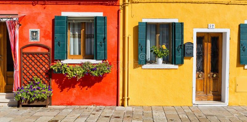 Färgrik husfasad i Burano, Italien royaltyfri foto
