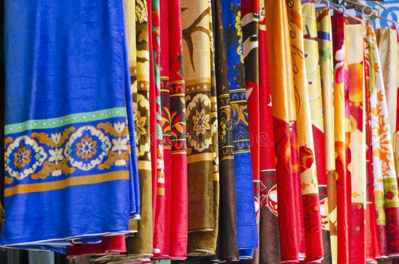 Färgrik indisk torkduk på den indiska marknaden arkivfoton