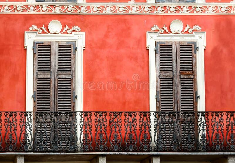 Färgrik italiensk balkong med dörrar i tappningstil fotografering för bildbyråer