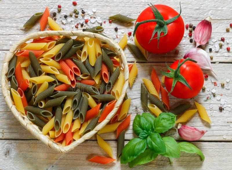 Färgrik italiensk rå pasta Tricolor pastapenne royaltyfria bilder