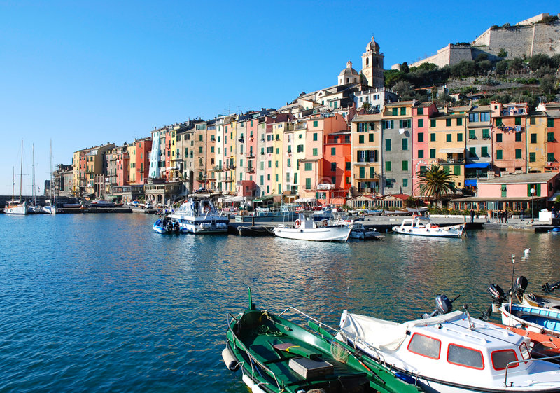 färgrik italiensk sjösidatown arkivbilder