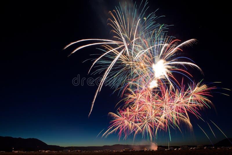 Färgrik Juli 4th fyrverkeriberöm på skymning fotografering för bildbyråer
