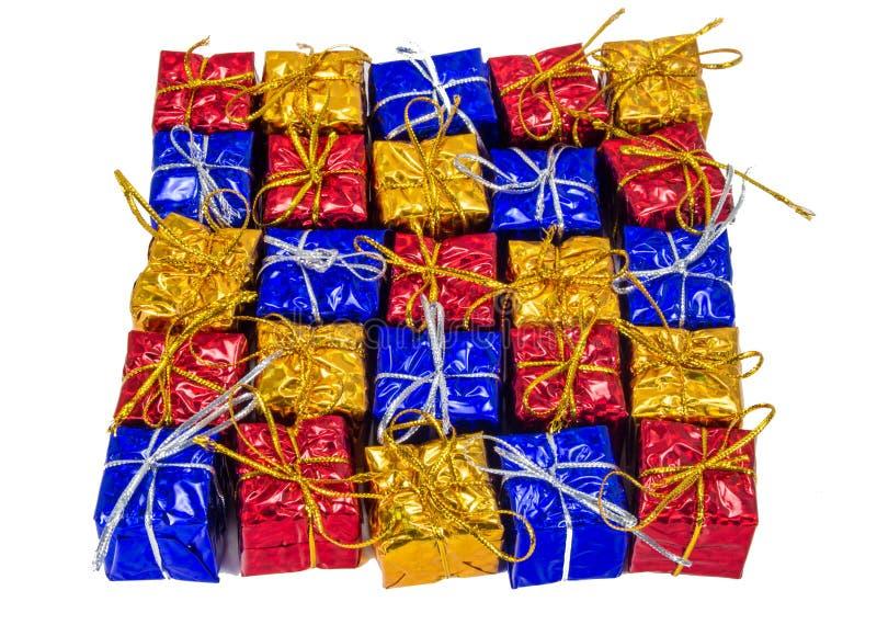 Färgrik jultemabakgrund av gåvor arkivbilder