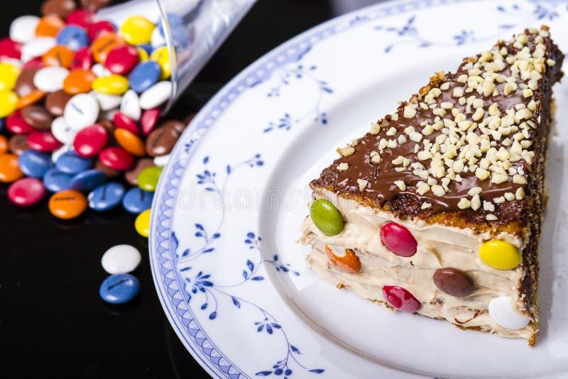 Färgrik kaka med mandeln royaltyfria bilder