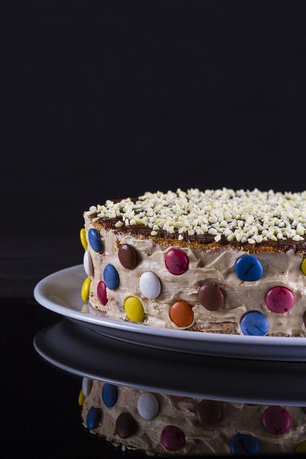 Färgrik kaka med mandeln fotografering för bildbyråer