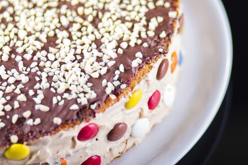 Färgrik kaka med royaltyfri bild