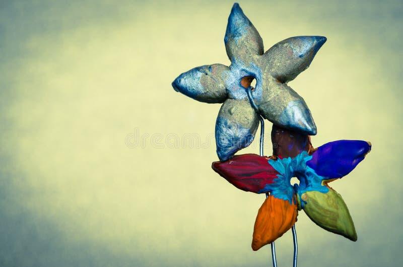 Färgrik keramikblomma arkivbilder