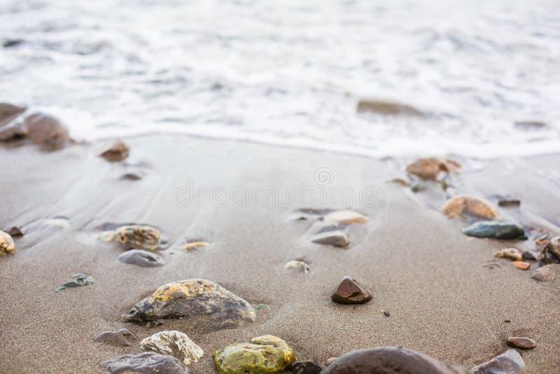 Färgrik kiselsten på havsstranden royaltyfria foton