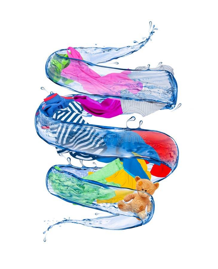 Färgrik kläder roterar i en bubbelpool av vatten arkivbilder