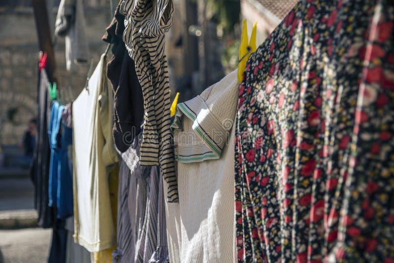Färgrik kläder som hänger för att torka på en tvätterilinje i en solig dag i Jerusalem royaltyfri bild